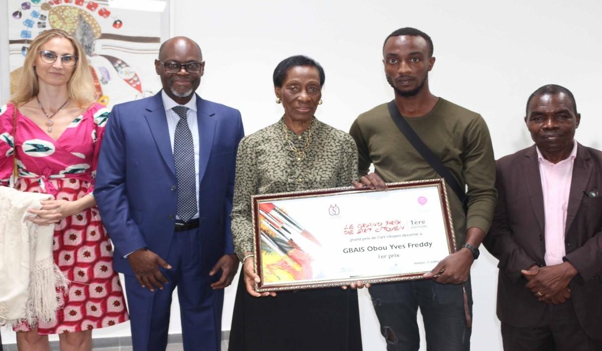 Mme Dupenhoat, M. Fall (Vice-Président de la BIDC), Mme Guirandou, Le gagnant du concours Obou Gbais, M. Guédé (Représentant du Ministère de l'Education Nationale)